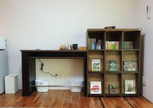 書棚とカウンターテーブル